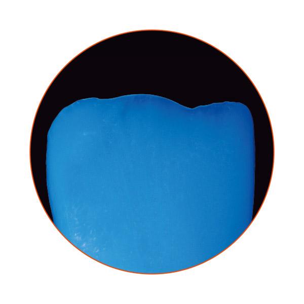 Fluorescence naturelle d'une restauration en céramique pressée VITA