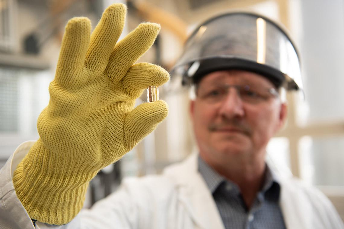 Collaborateur VITA lors du contrôle de qualité d'un lingotin de céramique pressée VITA AMBRIA