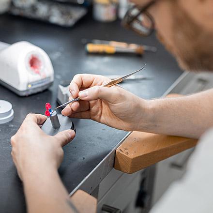 Prothésiste dentaire lors du modelage de la cire, lien vers le compte-rendu
