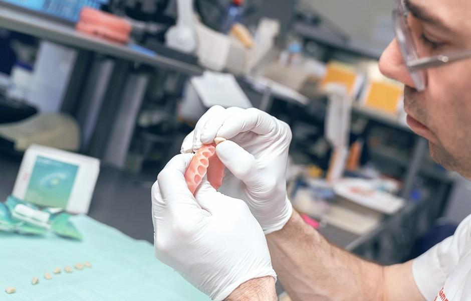 El protésico dental Okke Kamps con una base de prótesis VITA VIONIC BASE fresada.