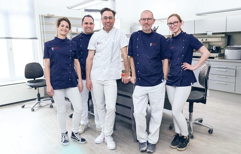 El protésico dental Okke Kamps y su equipo.