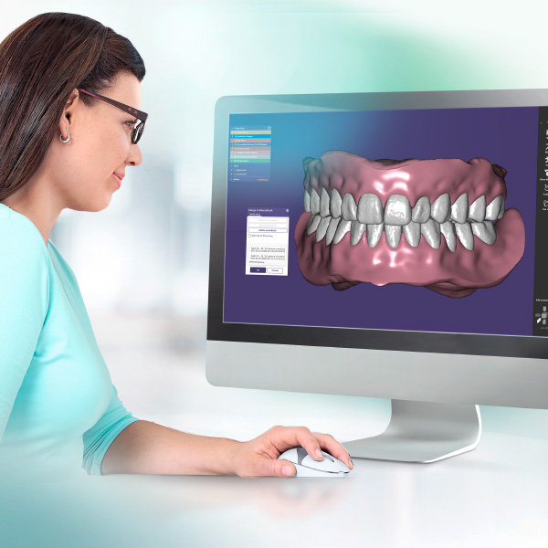 Una protésica dental confecciona una prótesis en el sistema CAD.