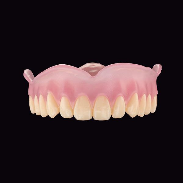 Prótesis superior formada por base impresa en 3D y arcada dentaria impresa en 3D.