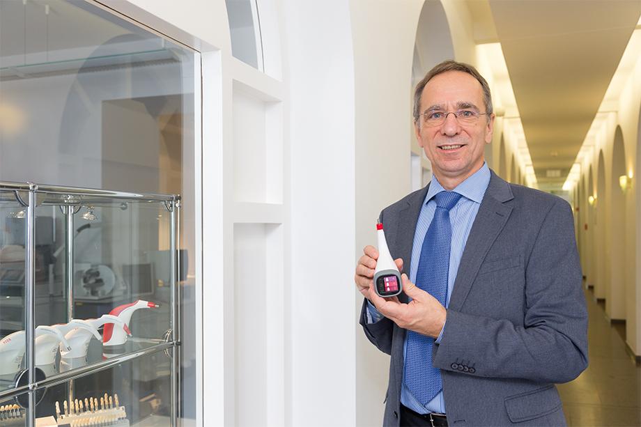 El Dr. Wolfgang Rauh con el VITA Easyshade V.